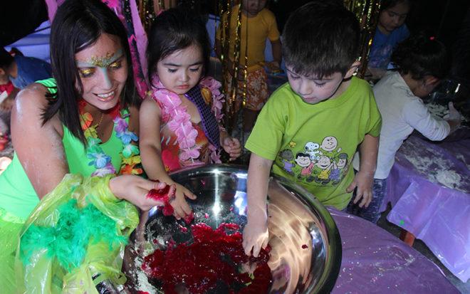 La actividad, se inició con un carnaval multicolor donde al ritmo de tambores los niños y niñas bailaron, junto a las educadoras, técnicas y familias. Para posteriormente iniciar el recorrido por los espacios educativos.