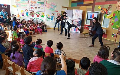 La Fundación RIE es una organización privada que atiende en el país a niños y niñas de jardines infantiles y escuelas de sectores apartados, rurales y en condición de vulnerabilidad, a través de técnicas como la risoterapia y magioterapia.