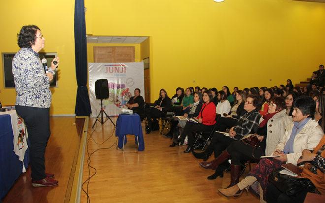 - La ex vicepresidenta ejecutiva de JUNJI, María Victoria Peralta dictó una concurrida conferencia y visitó recintos institucionales en Punta Arenas, dando inicio a la conmemoración de los 48 años de la institución.