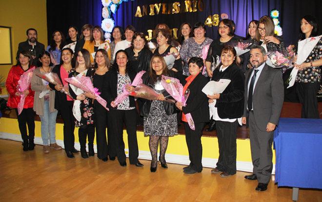 Una ceremonia en el teatro del Centro Integral Infantil de Juego y Movimiento de Punta Arenas sirvió para aplaudir la labor cumplida por mujeres y hombres durante veinte, veinticinco, treinta y cuarenta años.