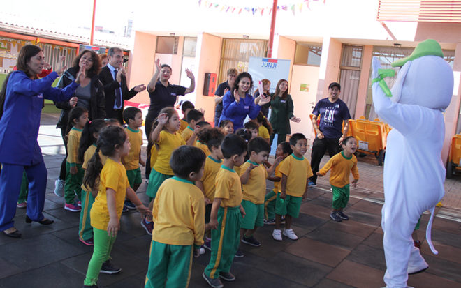 En la actividad también participaron autoridades, educadoras y apoderados quienes se sumaron a una dinámica de baile entretenido que incluyó ejercicios de relajación e hidratación.