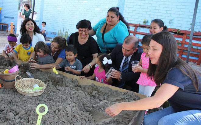 """La JUNJI celebró sus 48 años mostrando a la comunidad las diversas experiencias educativas que se realizan en los jardines infantiles de la región, actividad que se centró en el Jardín Infantil """"Pececito"""" de Iquique."""