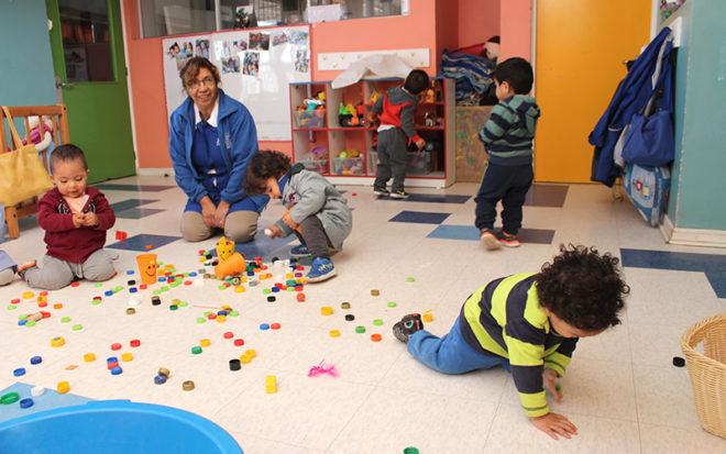 """Las educadoras del Jardín Infantil """"El Peneca"""" de San Felipe actúan como mediadoras en los procesos de aprendizajes, poniendo a disposición de los niños y niñas espacios y materiales adecuados para su desarrollo."""