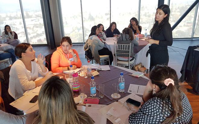 Educadoras y técnicos en atención de párvulos participaron en jornada práctica y teórica para fomentar los aprendizajes significativos.