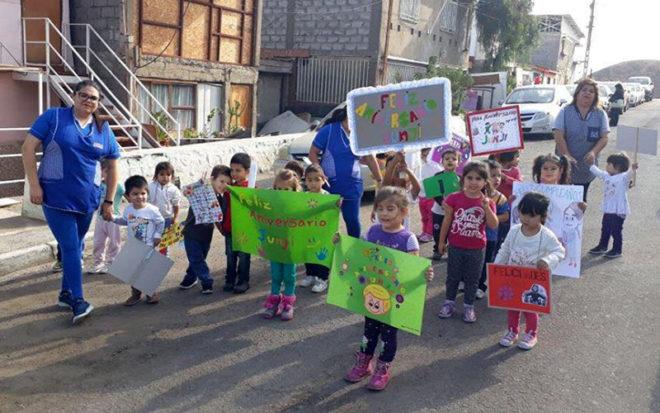 El programa de actividades se inició con una caminata por las calles aledañas al establecimiento, oportunidad en la que los niños y niñas distribuyeron mensajes alusivos al quehacer pedagógico que desarrolla la JUNJI.