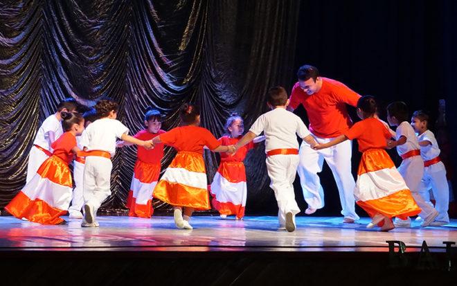 Danzas como el trote, la cueca, la marinera, la saya, el fandango y la cumbia formaron parte de la propuesta artística que hizo bailar y disfrutar de muy gratos momentos a la comunidad mejillonina.