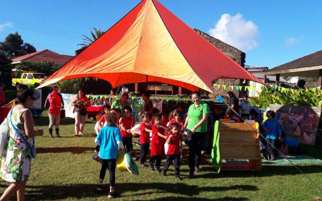 Niños y niñas se reunieron al aire libre para disfrutar de la lectura, cuenta cuentos y marionetas.