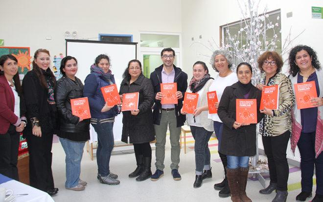 El documento que orienta el trabajo que llevan a cabo los jardines infantiles de la JUNJI con las familias y la comunidad, fue construido colectivamente a través de diversas actividades participativas que incorporan a múltiples actores y redes de apoyo.