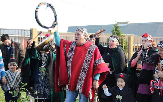 Felices junto a los niños y niñas festejaron con la comunidad, rescatando el significado de la nueva salida del sol en cultura del pueblo mapuche.