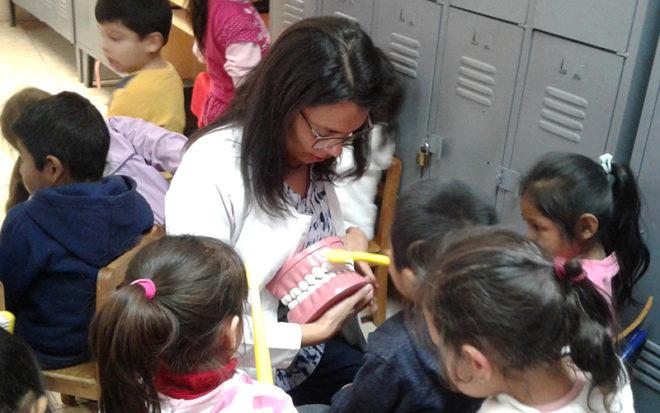 """""""Este es un trabajo en red que partió el 2014 con charlas orientadas a las familias. El desafío para este año es lograr que los especialistas puedan realizar evaluaciones a los 242 párvulos de nuestro jardín infantil incluidos los de sala cuna"""", afirmó la directora de esta unidad, María Eugenia Araya."""