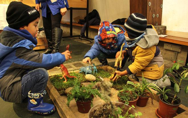 La actividad contó con la participación de diversos recintos de educación parvularia de Valdivia, servicios públicos y organizaciones sin fines de lucro, con la idea de entregar información a la comunidad sobre iniciativas y experiencias pedagógicas vinculadas a la sustentabilidad ambiental.