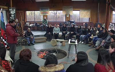 El primer día estuvo dirigido a las siete unidades educativas de JUNJI que actualmente cuentan con un educador o educadora de cultura Mapuche para fortalecer a nivel curricular la educación intercultural desde una edad inicial.