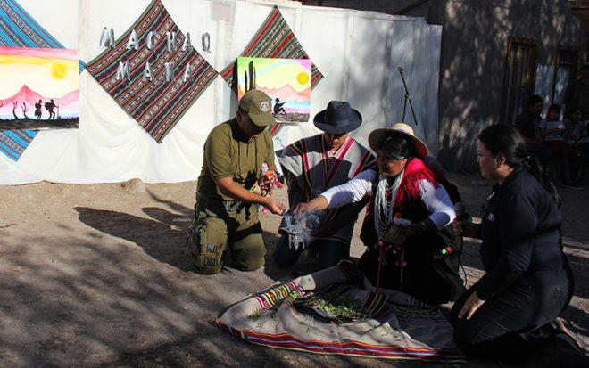 La Educadora de Lengua y Cultura Indígena (ELCI), Sonia Mamani, fue la responsable de la rogativa aymara, en donde se agradeció a la Pachamama y al Tata Inti, el término de un ciclo y solicitó los máximos parabienes para el período que se inicia.