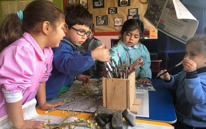 """Realizando actividades artísticas, niños y niñas del centro educativo """"Maripositas"""" aprenden a cuidar el medioambiente."""