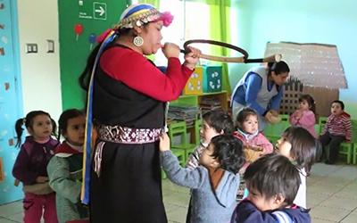 Además realizan actividades con apoderados como talleres de cocina y el uso de plantas medicinales, entre otras cosas, además de potenciar el uso del mapudungún con el personal.