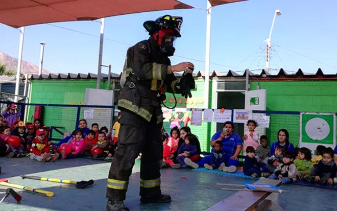 """Párvulos del Jardín Infantil """"Tortugina"""" disfrutaron de una visita de la Octava Compañía de Bomberos de Antofagasta, donde conocieron además la labor que realizan en beneficio de la comunidad."""