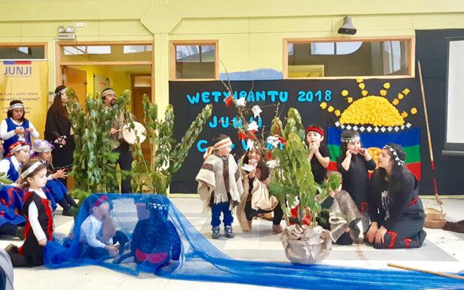 """Este año, la ceremonia de anuncio del acuerdo JUNJI Conadi se realizó en el Jardín Infantil """"Creciendo Contentos"""", donde participaron autoridades, familias, niños y niñas."""
