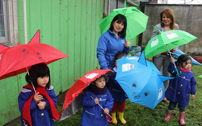 En ese contexto, los párvulos recibieron un paraguas de regalo, siendo el elemento central de la campaña al simbolizar un objeto protector de los derechos de la infancia y frente a las condiciones climáticas adversas.