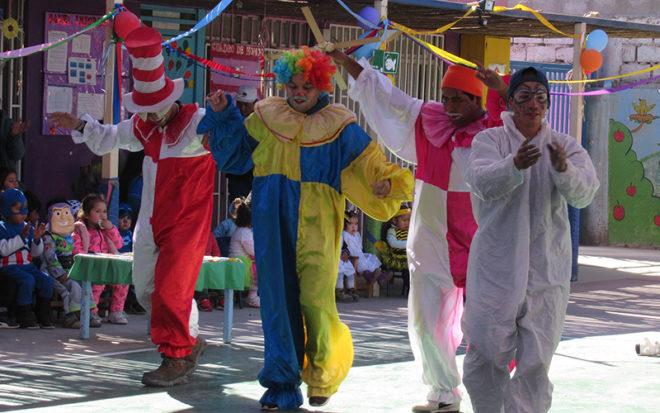 """Antofagasta, (@JUNJI_Antofa). El circo y sus personajes más emblemáticos se tomaron cada rincón del Jardín Infantil """"Tamarugo"""" para celebrar junto a los párvulos y sus familias, los 36 años de vida del establecimiento. Payasos locos, domadores de animales, marionetas, malabaristas y acróbatas, hicieron gala de sus mayores destrezas artísticas despertando el entusiasmo y la alegría de todos los asistentes. La intensa agenda de actividades consideró también la instalación de stands de sicomotricidad, just-dance y pinta caritas que caracterizaron a la """"La Mañana Divertida"""", experiencia pedagógica llevada a cabo con el propósito que los párvulos pudieran desarrollar su imaginación junto con fortalecer la corporalidad y sensorialidad. A través del encuentro denominado """"Jugando con la Familia"""", se reforzó el trabajo con los padres y apoderados, quienes participaron activamente en concursos como """"Si lo sabe cante"""", """"Tugar-Tugar"""", """"Silla Musical"""" y la prueba sorpresa """"Quién se pone más chalecos"""". Por medio de la """"Feria de los Juegos"""", en tanto, la comunidad educativa disfrutó muy gratos momentos con las competencias de palitroques, pesca milagrosa, burbujas de jabón y tiro al arco."""