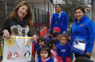Párvulos incentivan el uso de bolsas reciclables
