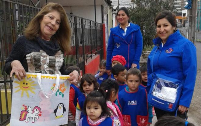 Para ello los párvulos junto a educadoras y técnicas recorrieron la población Hernán Trizano, entregando las bolsas recicladas que fueron confeccionadas por la comunidad educativa.