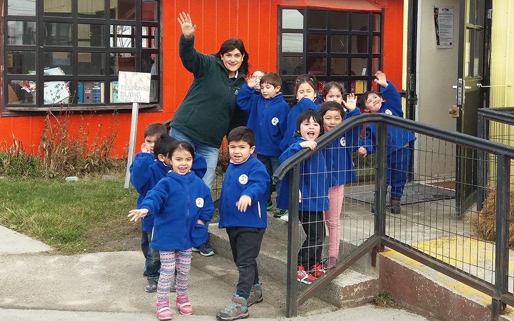 """Con un importante proyecto de rescate patrimonial, la educadora de párvulos del Jardín Infantil """"Papelucho"""" mantiene las tradiciones de la isla."""