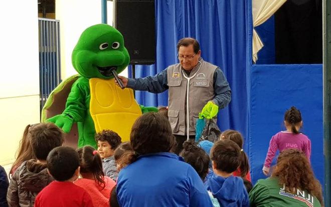 Los niños y niñas se asombraron con la historia de José Río, una amistosa y confiada tortuga marina, habitante del sector La Puntilla de playa Chinchorro, quien comienza un largo viaje, pero enferma por las bolsas plásticas.