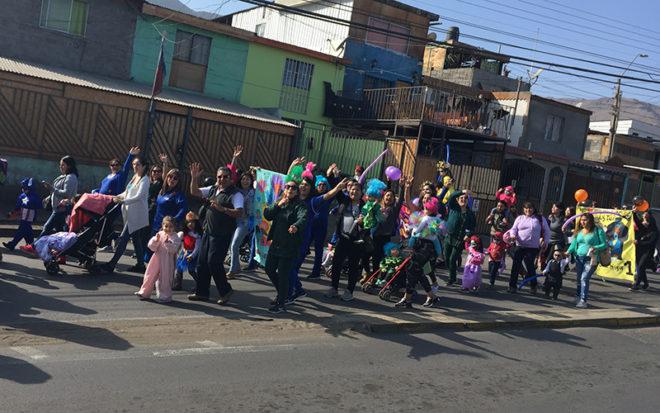 La actividad convocó a cerca de 250 participantes, entre adultos y niños, quienes efectuaron un recorrido que comenzó en el pasaje Juan Bolívar para culminar en la Plaza Bicentenario.