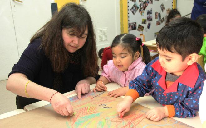 Tras el descubrimiento de un collage en la puerta del aula y un corte de cinta, la artista se mostró honrada del aplauso de la comunidad educativa y se comprometió a realizar actividades que aporten al desarrollo de niñas y niños.