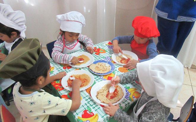 Párvulos del jardín infantil de Calama disfrutaron de un taller de cocina donde aprendieron, entre otras cosas, recetas dulces pero sin azúcar.