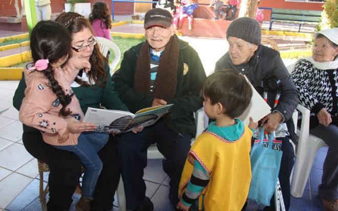 Párvulos del establecimiento y sus familias entregaron obsequios y compartieron con los 80 adultos que residen en el Hogar Nuestra Señora de la Candelaria.