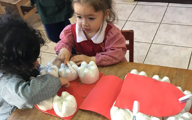 """La creativa iniciativa de las educadoras y técnicas del Jardín Infantil """"Rayito de Sol"""" ha permitido además potenciar el trabajo con las familias que se involucran en la elaboración de material educativo."""