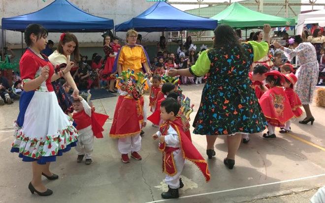 """El acto oficial consideró también la presentación de otros bailes como la Diablada y la Cacharpaya del Pasiri, propios de la zona norte del país y una danza chilota inspirada en la canción """"La Tejedora"""" de la cantautora local, Sandra Ramírez."""