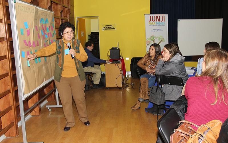 La destacada académica María Victoria Peralta encabezó la actividad que trató sobre bases curriculares que favorezcan la pertenencia de niñas y niños a sus respectivas culturas.