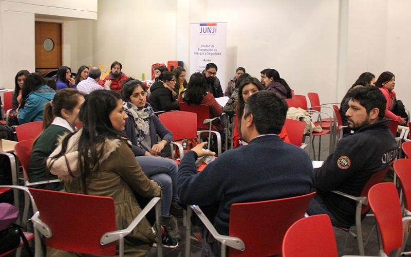 En un Diálogo Ciudadano organizado por la JUNJI Aysén se informaron los protocolos y estrategias de prevención y contención que se deben realizar con los niños y niñas en caso de emergencias.
