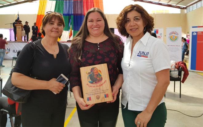 """Yeneva Tirando, del Jardín Infantil """"Caranguito"""", ubicado en la comuna de Camiña, recibió un reconocimiento por su gestión profesional y dirigencial."""
