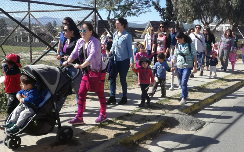 """La comunidad educativa del Jardín Infantil """"Arbolitos de Sueños"""" dio a conocer su sello educativo con diversas acciones que involucraron a la comunidad del sector de los Pinos en Quilpué."""