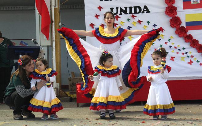 """Con bailes chilenos, venezolanos, peruanos y haitianos, niños y niñas del Jardín Infantil """"Lucero"""" de Rancagua mostraron parte de lo aprendido estos últimos meses."""