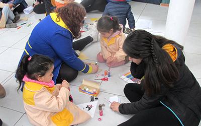 Esta unidad educativa se inspira en la narrativa de Gabriela Mistral y en su visión de niño y sociedad para construir una propuesta curricular novedosa y única que rescata el contexto social de los párvulos y que, tal como la poetisa, concibe la educación como una tarea sagrada.