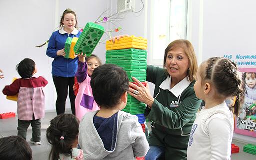 María Nela Fuentes asegura que la entrega diaria de cariño y alegría de las educadoras y técnicas es lo que impacta en la vida de los niños y niñas.