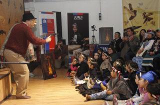 """Cuentos """"Epew"""" gigantes serán distribuidos en jardines de La Araucanía como material educativo intercultural"""