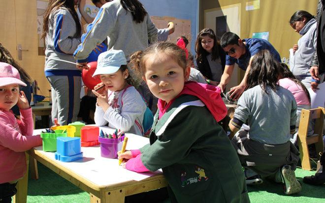Para la ocasión, la Junji dispuso una sala de actividades en la Plaza de Armas de Temuco donde se realizaron distintas acciones como personificar a las educadoras y técnicos en párvulos, interactuar con las ciencias y el arte, y practicar juegos tradicionales mapuche.