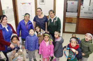 Párvulos aprenden sobre pueblos originarios gracias a proyecto de estudiante de la UMag