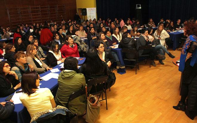 Casi 150 funcionarias de establecimientos municipales, particulares, particulares subvencionados, de la Junji, Fundación Integra, de toda la región de Magallanes participaron en una jornada dirigida por la destacada profesional Blanca Hermosilla Molina.