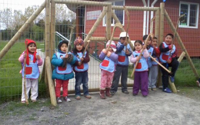 """La actividad contempla además el lanzamiento oficial del libro """"Encuentros de Palín Pichikeche"""" de Ediciones de la Junji, texto orientado a fortalecer el rol pedagógico y social de los juegos mapuches para la educación parvularia, el cual será entregado a todos los jardines infantiles de Chile."""
