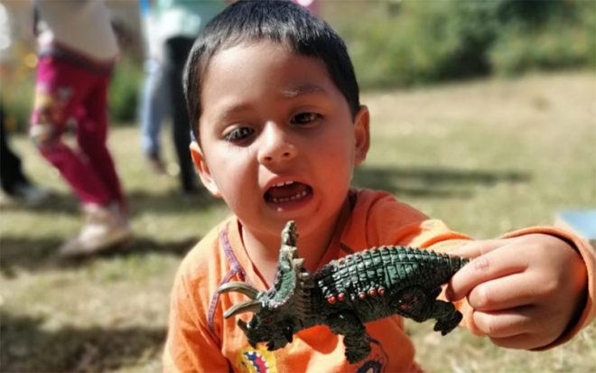 """Muñecas, dinosaurios, autos y pelotas, son algunos de los juguetes que recibieron en esta Navidad niñas y niños gracias a la solidaridad de funcionarios de instituciones públicas de la región de Los Ríos, en el marco de la Campaña """"Navidad en mi Jardín""""."""