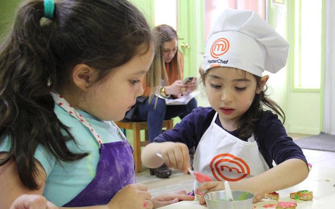 María Isabel Gacitúa, chef instructora y académica de Gastronomía Internacional de Inacap, enseñó a los párvulos una sencilla receta que invita a pasar tiempo en familia.