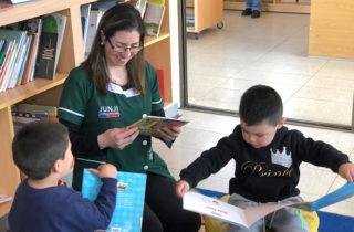 """Párvulos del Jardín """"Pequeños Abracitos"""" visitan Biblioteca Pública Municipal"""