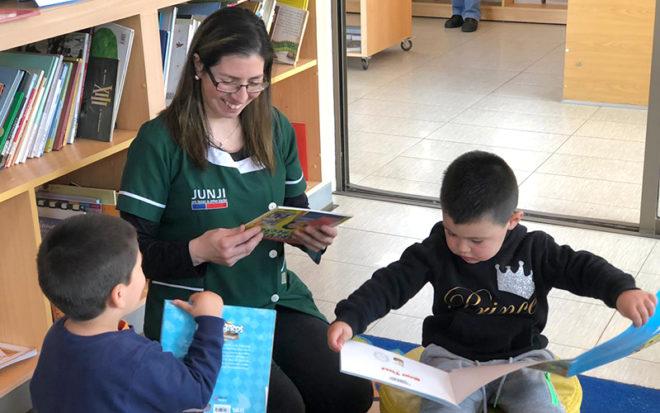 Durante la actividad, las niñas y niños conocieron el espacio infantil con el que cuenta la biblioteca, donde tuvieron un acercamiento lúdico con los libros y disfrutaron de cuenta cuentos, declamación de poesías y pintacaritas.