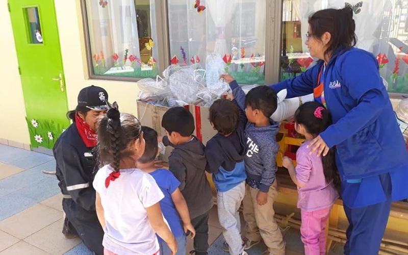 """Párvulos del Jardín Infantil """"Lickan Antay"""" colaboran en el reciclaje del plástico"""